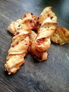 Blätterteig-Schinken-Käse-Stangen, ein sehr schönes Rezept aus der Kategorie Fingerfood. Bewertungen: 1.025. Durchschnitt: Ø 4,6. #recipeforpuffpastry