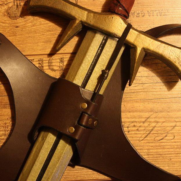 Das Schwert wird gezogen und die Schnur spannt sich. Dabei wird der Stift heraus gezogen