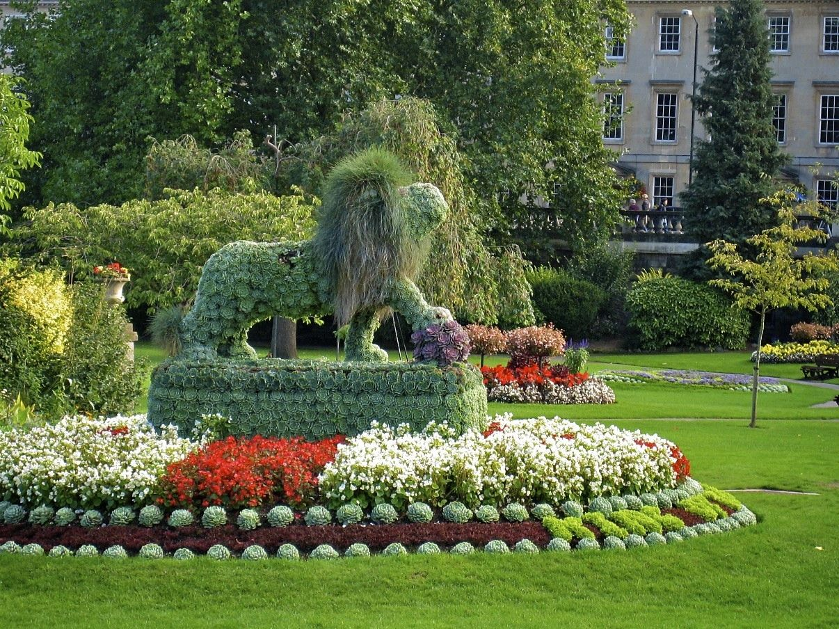 Fabulous curb appeal. Lion is made with Hens and chicks