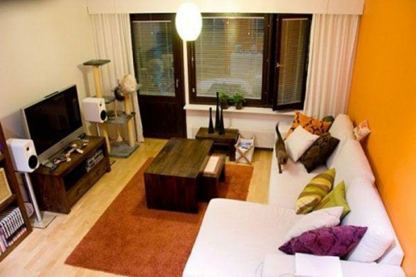 wandfarbe fürs wohnzimmer weißes sofa bunte kissen hölzerner tisch - wohnzimmer orange streichen