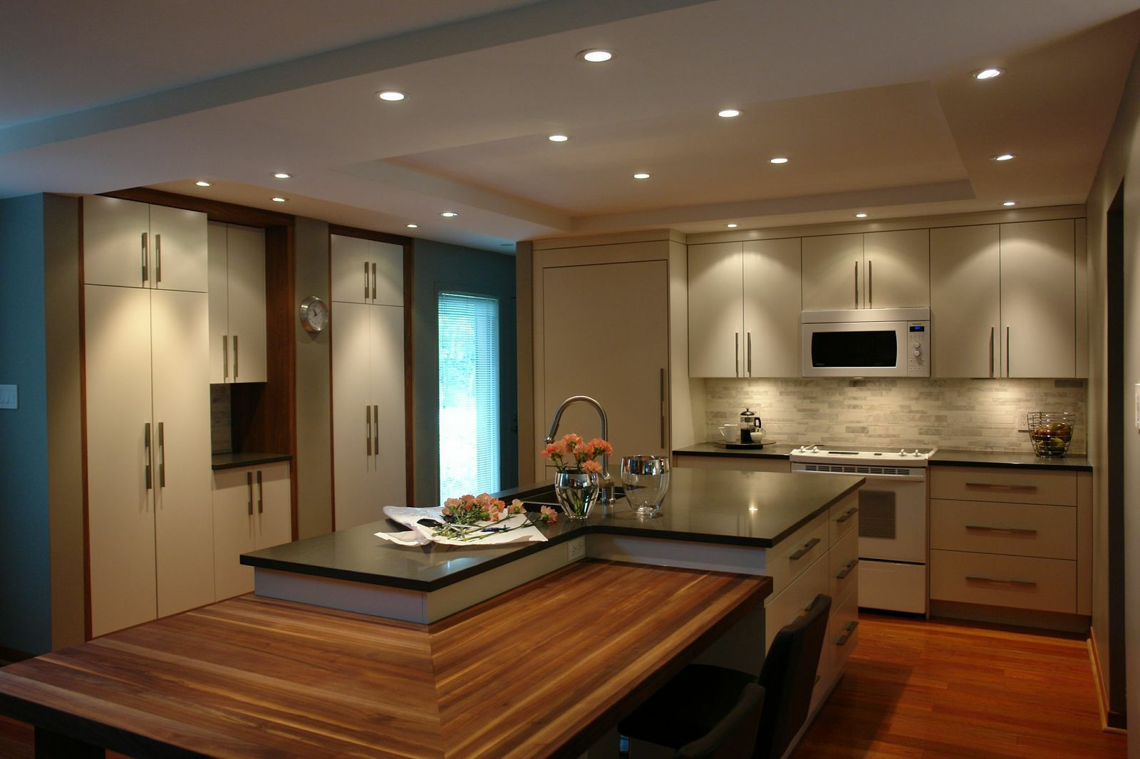 Absolutely love the vibe that this kitchen gives off! By Astro ...