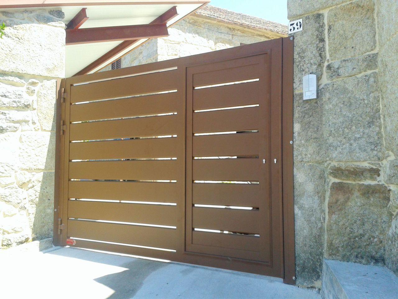 Puerta abatible de una hoja con puerta peatonal incorporada fabricada en aluminio soldado con - Puerta garaje abatible ...