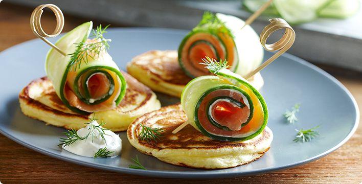 Rezept Gurken-Räucherlachsröllchen auf Mini-Pancakes Gruß aus