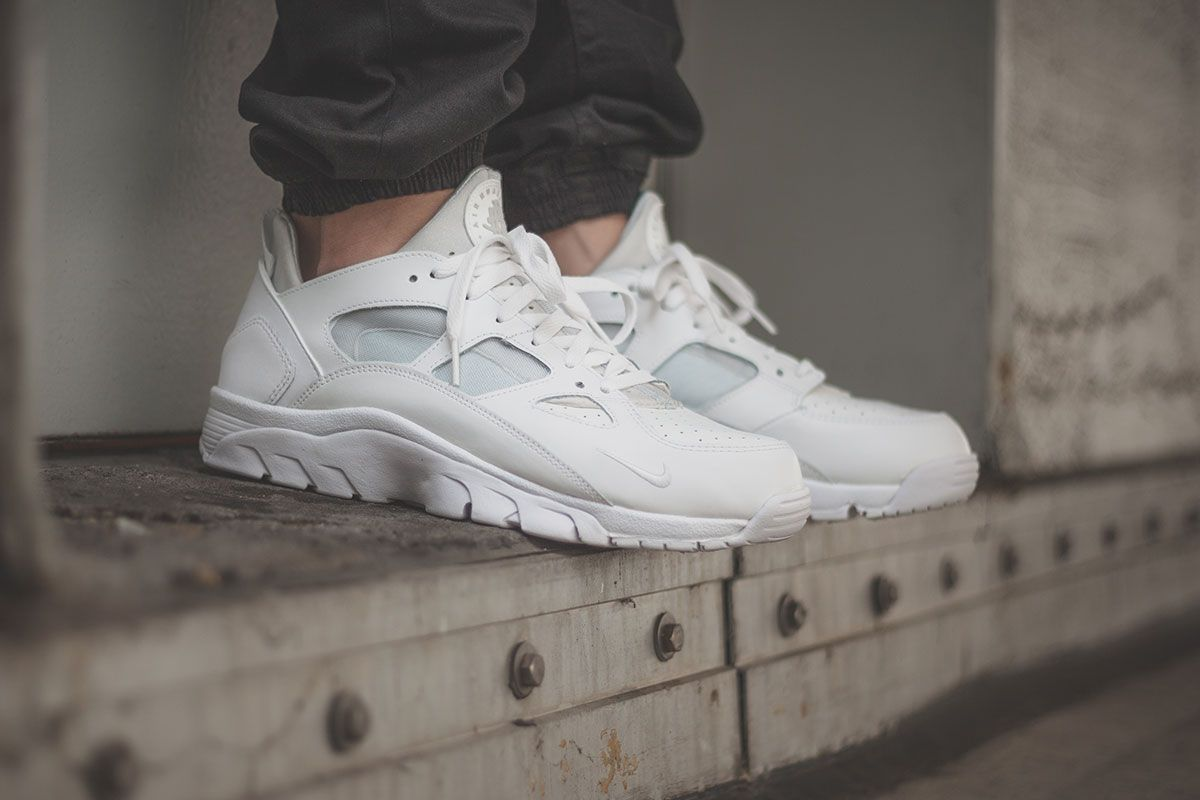 Nike Trainer Huarache Low all white feet