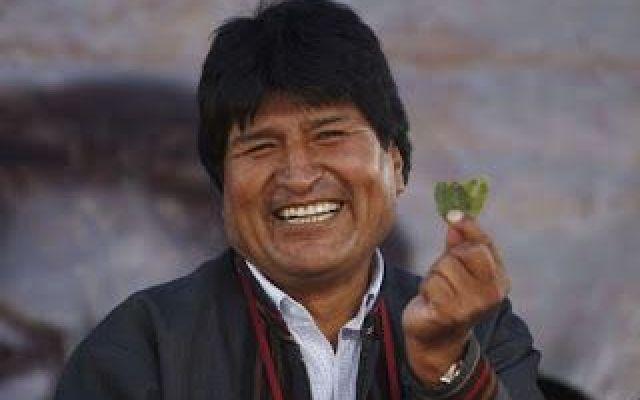 Papa in visita in Bolivia e i mitici doni di Evo Morales Il papa è da poco giunto sul territorio boliviano per portare la fede anche in quei territori lì, dimenticati da Dio, e il presidente boliviano Evo Morales, per diventare amico intimo di Bergoglio, h #papa #morales #francesco #bergoglio