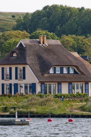 Ferienhaus mit Reetdach direkt am Wasser, Mönchgut auf
