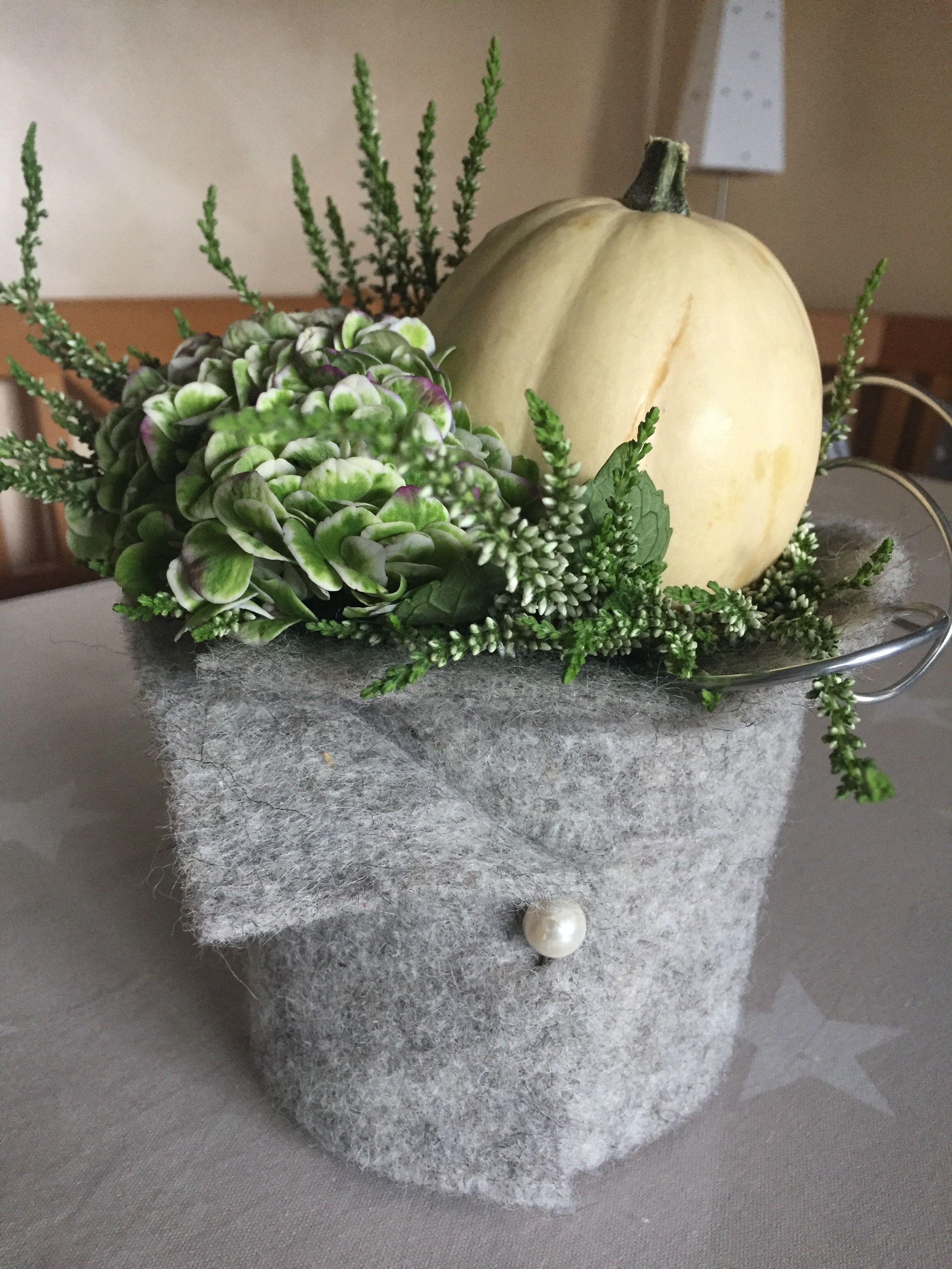 Schnelle Herbstdeko für den Tisch-  einen Topf Heide mit Filz ummanteln. Eine Hortensienblüte und einen Dekokürbis (Tipp: auf einen Kerzenhalter gepinnt) in die Erde stecken und mit etwas Dekodraht dekorieren- fertig. #herbstdekotisch
