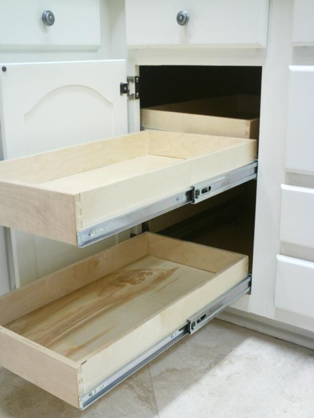 Blind corner pull-out for under the cook top (the left ...