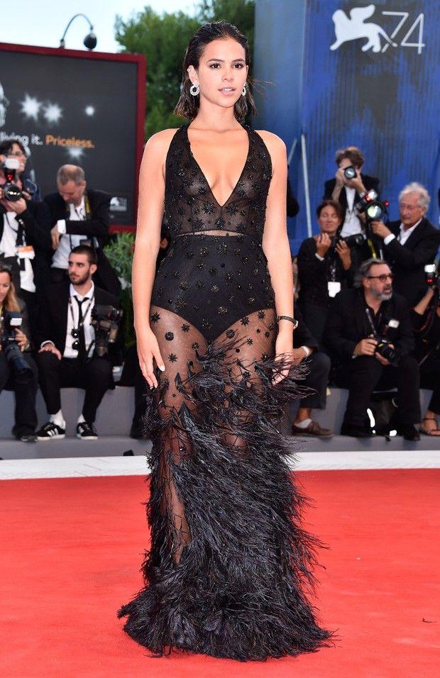 da44ba8ef2 Look de red carpet  Bruna Marquezine brilha em Veneza com vestido Alberta  Ferretti. O vestido longo transparente
