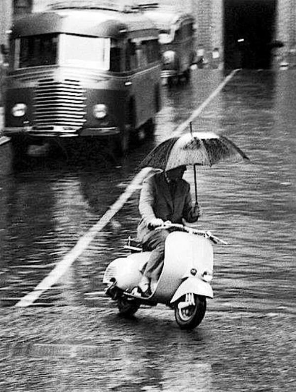 La Sicurezza Stradale Anni 70 Vespa Vintage Pioggia Foto In