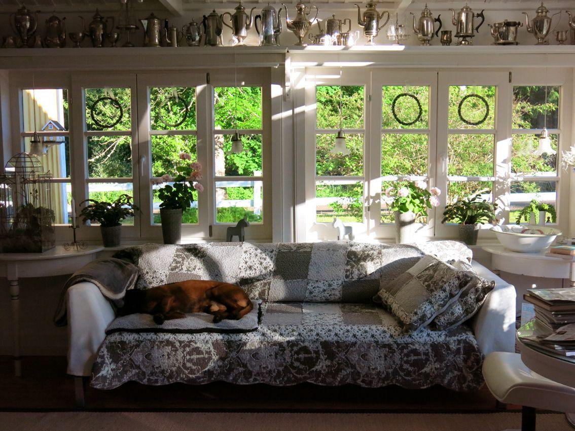 mit grau-weißem Plaid und weißen Armlehn-Hussen aus Fleece-Decke genäht