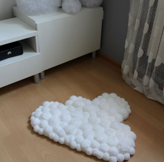 wundersch ne pom pom teppich in form einer wolke flauschige pompoms und zarte wei e farbe. Black Bedroom Furniture Sets. Home Design Ideas