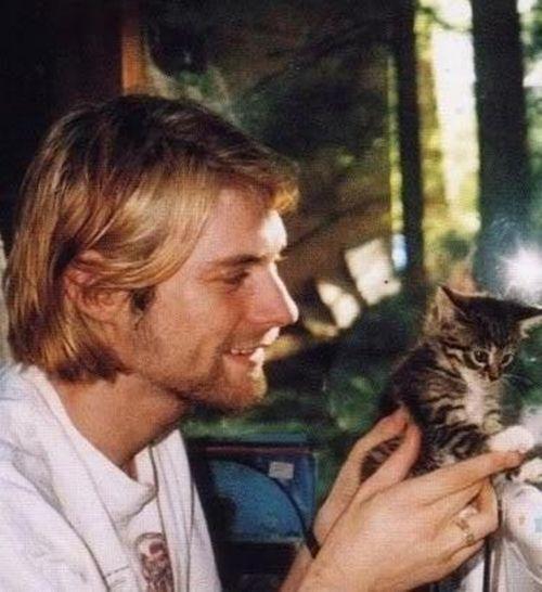Kurt Cobain cargando un gato bebé atigrado