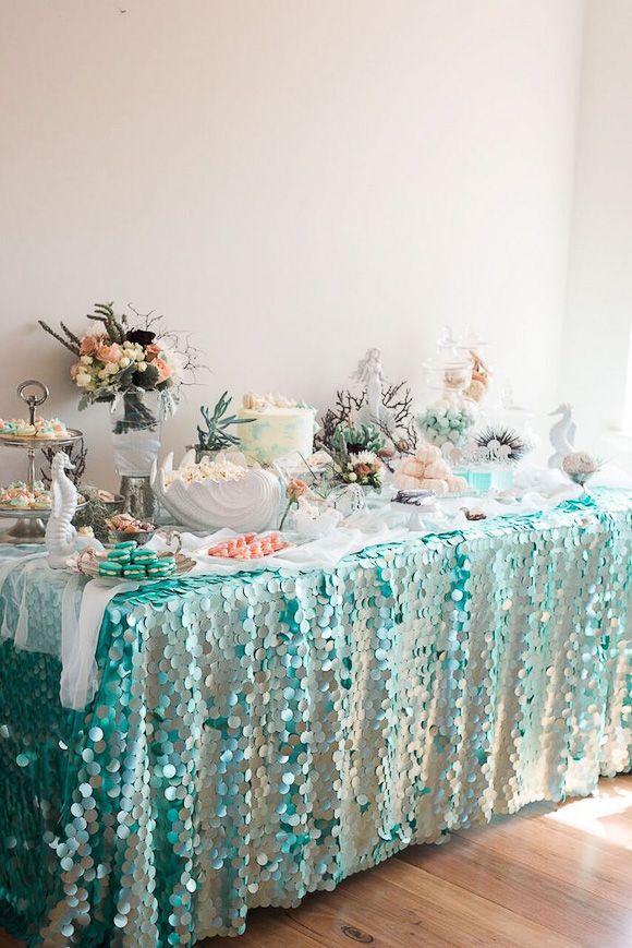 Une belle table décorée sur le thème de l'océan
