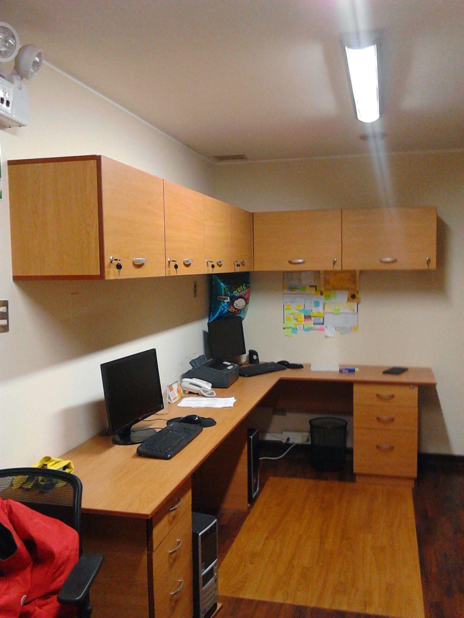 Archivadores altos y escritorios en l oficinas pinterest for Muebles de oficina office