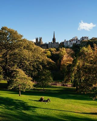 Edi 💚 Semplicemente bellisssima. Non troppo grande per perdersi ma nemmeno troppo piccola per annoiarsi. Edimburgo ha tanti parchi, è ricca di verde dove fare pic-nic d'estate o rilassarsi circondati dai colori primaverili o autunnali.🍂 • • #kiwithexplorer #scotland #edinburgh #visitscotland #artofvisuals #cntraveler #visitedinburgh #thisisedinburgh #glamour #natgeotravel #edinburghlife #livingeurope #living_destinations