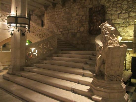 Escaleras De Subida En El Interior Del Hotel Landa Burgos
