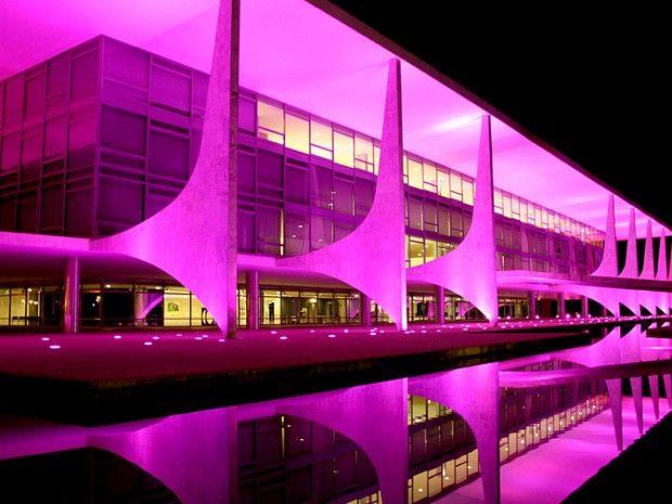 O Palácio do Planalto ganhou iluminação especial para campanha do Outubro Rosa.  (Foto: G1)