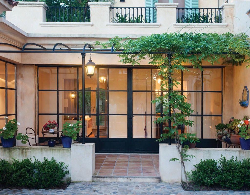 Un patio interior ricardo pereyra iraola for Fachadas de casas e interiores