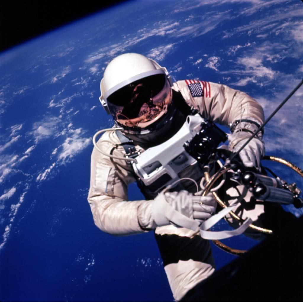 Ed White backing away from the Gemini spacecraft over the Pacific Ocean. Anyone scared of heights? - Austin Braun ‏@Braun23Austin