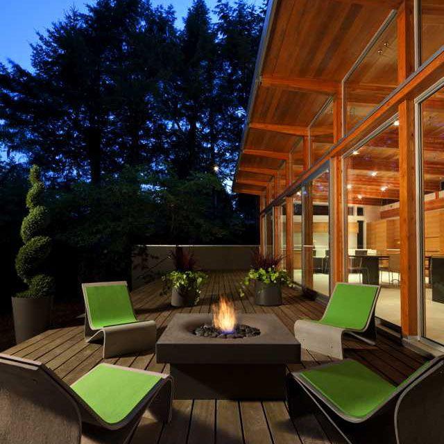 Coole Idee einen Ethanol Feuerstelle in den Tisch zu integrieren - balkonmobel design ideen optimale nutzung