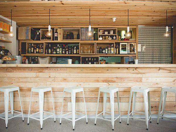 Barra de bar con listones de madera barras bar pinterest barra bar restaurant bar y bar - Barra de madera para bar ...