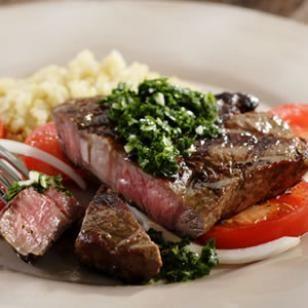 Rib-eye a la parrilla con ensalada de tomate y amp;  Chimichurri Salsa Receta