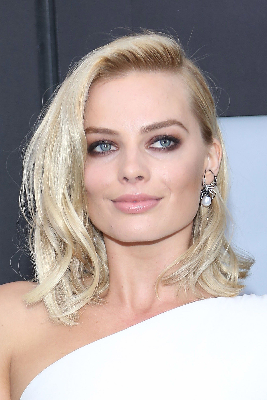 20 Of Margot Robbie S Best Hair Makeup Moments From Short Hair To Brown Hair Margot Robbie Hair Bombshell Hair Platinum Hair