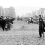 Avisdrenge på Delancey Street. 1906.  Danmarks bedste rejser til New York. Se mere på:  www.ViElskerNewYork.dk