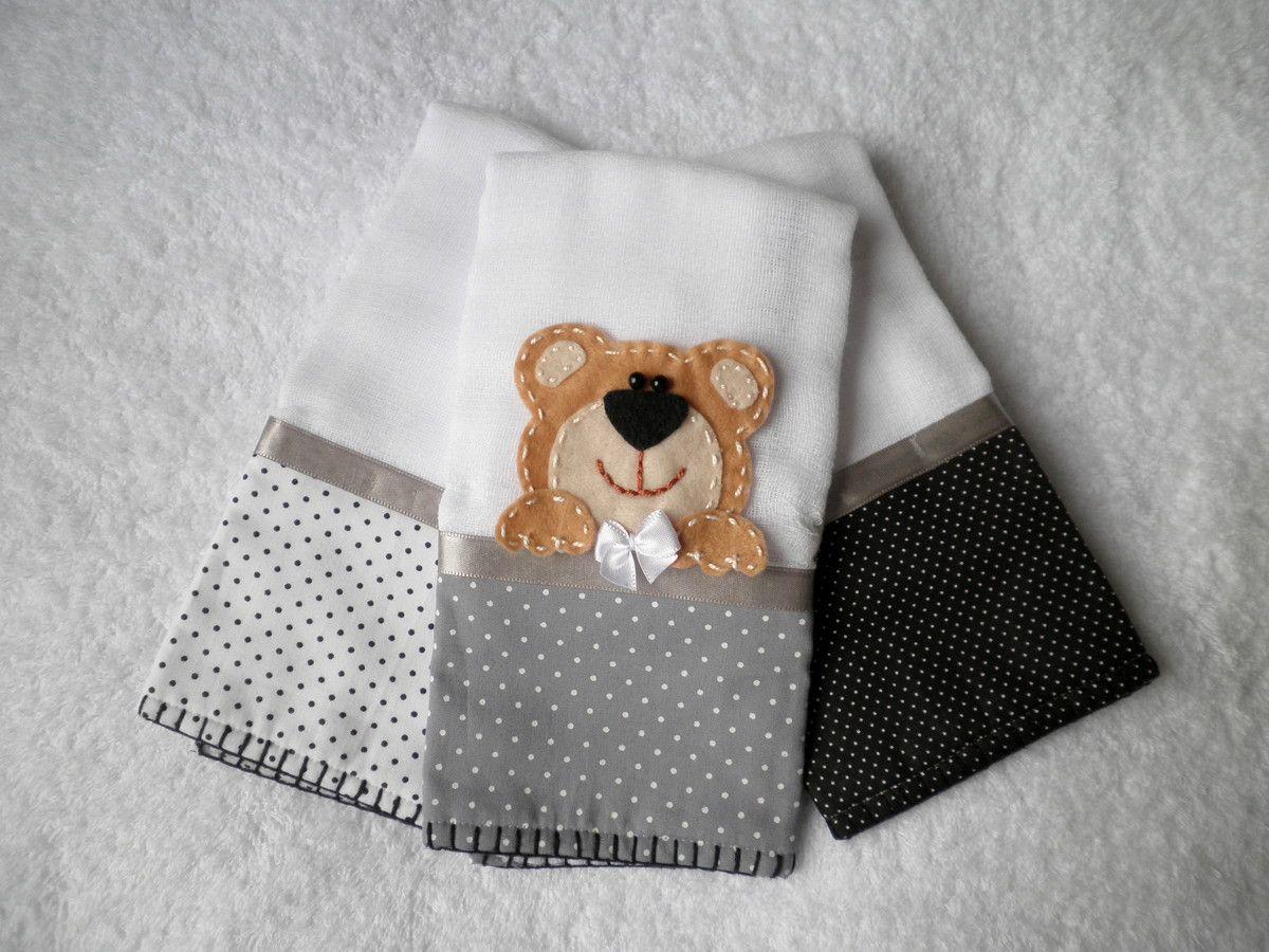 Kit com 3 Fraldinhas de boca, tamanho aprox. 30 x 30 cm, tecido duplo, com aplicação de ursinho. Faixas de tecido 100% algodão, acabamento com fita de cetim e borda de crochê em linha. <br> <br>Alta absorção, ideal para a pele delicada do bebê. <br> <br>Pode ser feita em outras cores e/ou outras aplicações. <br> <br>* As estampas do tecido podem variar conforme disponibilidade no mercado. No entanto, ao substituir, será usado um padrão de estampa com cores próximas a estas.