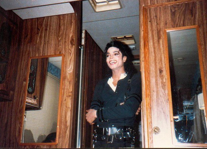 MICHAEL JACKSON ~ THE MAGIC OF THE BAD ERA ♦◾♦ BEHIND THE SCENES. MIKE LOOKS SO HAPPY! :-)