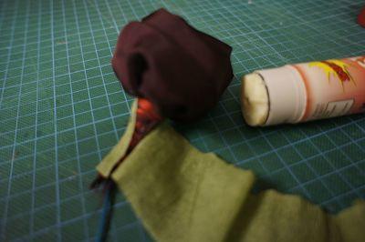 tercer paso para hacer flores de tela