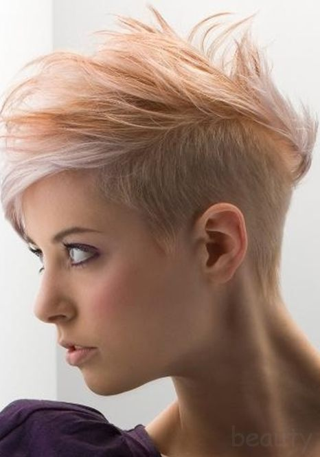 short hair style short hair styles  Il faut oser, mais c'est très réussi. J'aime bien aussi le ton doux, comme dégradé, avec la mèche plus claire devant.