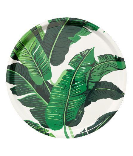 H&M - € 14,99 Een rond dienblad van gelamineerd karton met een geprint dessin aan de bovenkant. Hoogte 1,5 cm, Ø 38 cm.