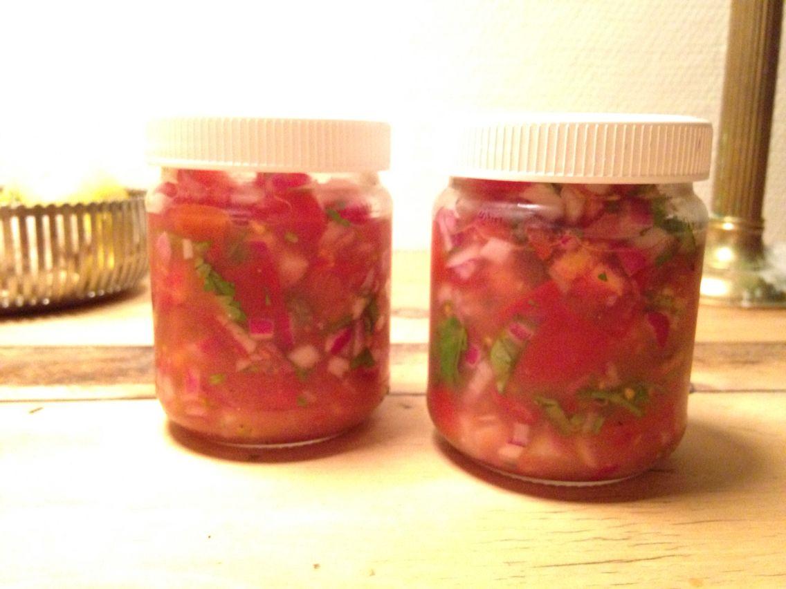Home Made salsa  Tomaten Zwiebeln Cilantro Tabasco (nach Gusto) Limettensaft Ca. Zwei Tage im Kühlschrank aufbewahren und dann geniessen.
