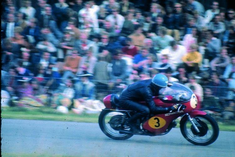 1970 à Assen: Jack Findlay pilote une Aermacchi 350, suralésée à 351cc pour être admise dans la catégorie 500cc