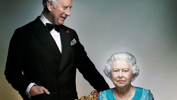 Britský královský palác zveřejnil oficiální snímek královny Alžběty II. a jejího syna, prince Charlese.