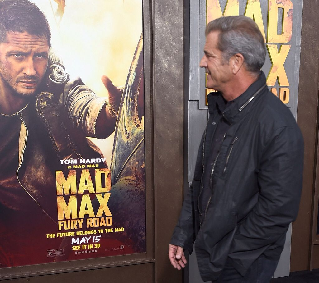 Mel Gibson looking poster of the Mad Max: Fury Road. http://www.filmesrome.com/peliculas-de-accion/mad-max-fury-road-2015/