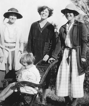 The Bloomsbury domestic staff: Nellie Boxall, Lottie Hope, Nelly Brittain, with  Angelica Bell in 1922.