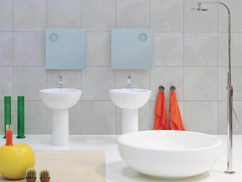 Freistehende badewanne aus pietraluce mit dusche fontana ceramica flaminia