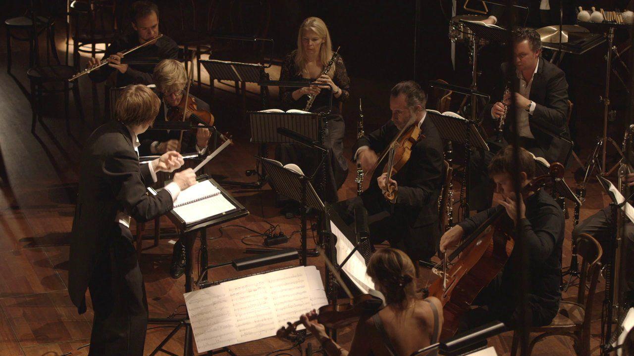 Mahler 9 onder de loep. CAMERATA RCO IS EEN EIGEN ENSEMBLE MET ENTHOUSIASTELINGEN UIT HET KONINKLIJK CONCERTGEBOUWORKEST. DE KOMENDE MAANDEN GAAN WE DE NEGENDE SYMFONIE VAN MAHLER UITVOEREN IN EEN BEWERKING VOOR ENSEMBLE DOOR KLAUS SIMON, ONDER LEIDING VAN DE JONGE ENGELSE DIRIGENT JOOLZ GALE. DIT IS VOOR ONS EEN UNIEK PROJECT. WE NEMEN DE TRADITIE MEE EN BEKIJKEN HET STUK TEGELIJKERTIJD MET EEN NIEUWE BLIK. WE WILLEN ER EEN PRACHTIGE OPNAME VAN MAKEN, HET IS NOG NIET EERDER OPGENOMEN EN…