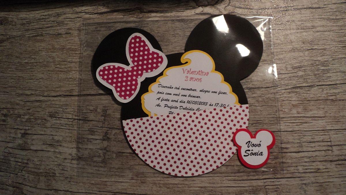 Convite para festa Minnie, com tag de acordo com a festa, no caso este da foto o tema é A Confeitaria da Minnie. <br> <br>Papel de 180 gramas e papel para scrapbook. <br> <br>O convite já vem com o nome do convidado e embalado em envelope de papel celofane. <br> <br>Pedido mínimo de 20 unidades. <br> <br>Desenvolvemos o convite do Mickey ou outro que o cliente deseja.