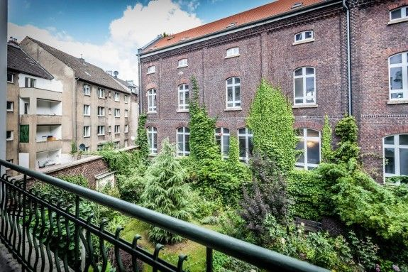 Vom Balkon hat der Musiker den Ausblick in einen wunderschönen Garten. #homestory #homestoryde #home #interior #design #inspiring #creative #porno al forno #peter #musiker #fotograf #altbau #gitarren