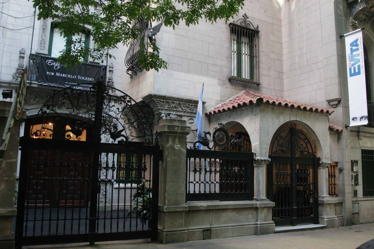 Foi inaugurado em 26 de julho de 2002, em comemoração do 50º aniversário da morte de Maria Eva Duarte de Perón com o objectivo de expor os visitantes argentinos e estrangeiros coleções formadas pela contribuição de capital da família Duarte - Alvarez Rodriguez e doações de pessoas físicas.