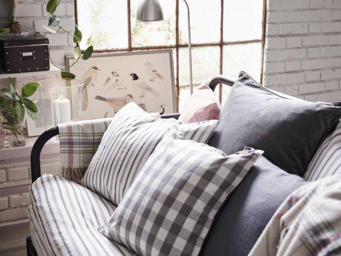 Divano Letto Rosa Ikea : Letto divano con cuscini grigi bianchi e rosa ikea a house in