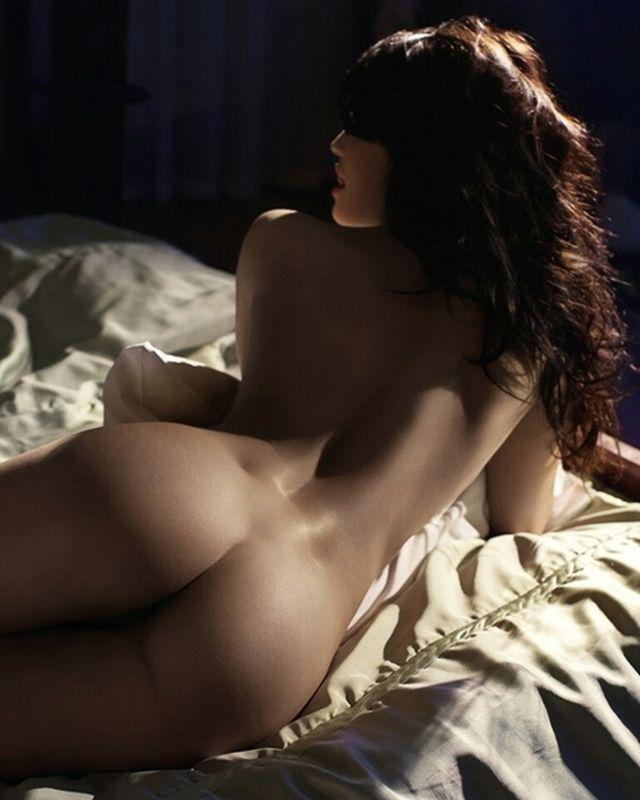 Leslie bega nude