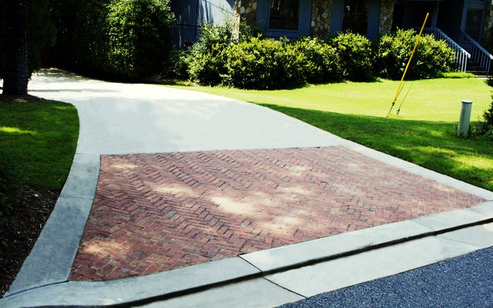 A Great Way To Dress Up A Concrete Driveway Is The Addition Of An Upscale Brick Apron Driveway Design Concrete Driveways Brick Driveway