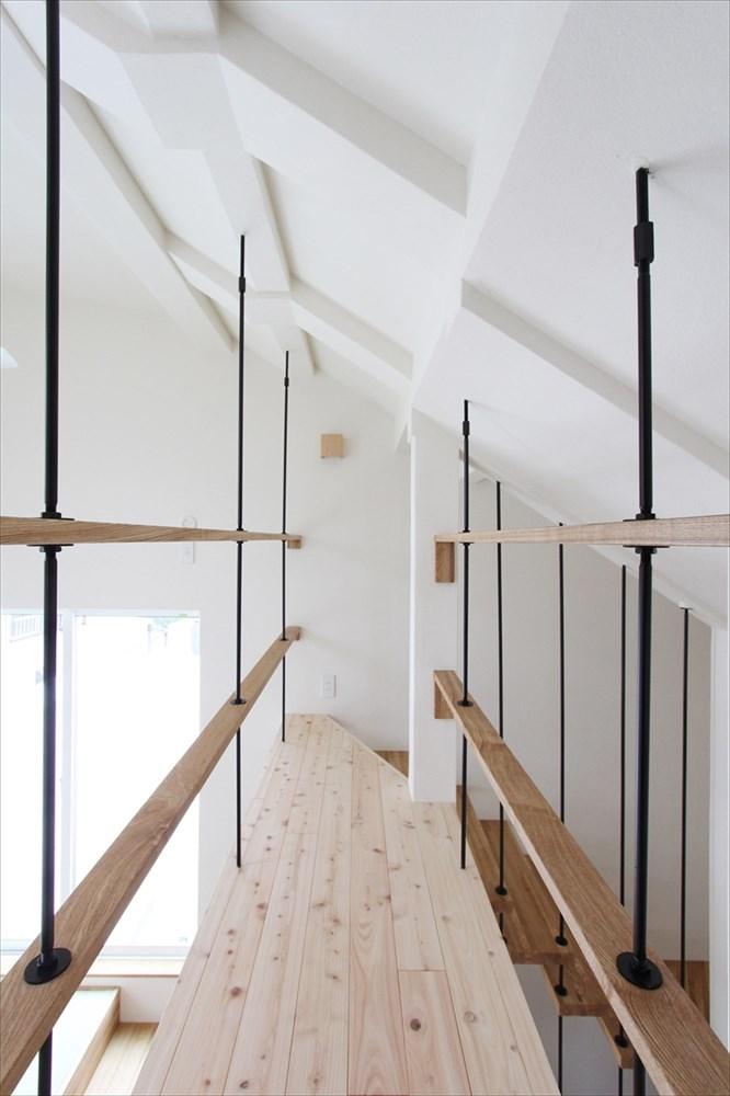 天井からアイアンを使って吊ることにより デザイン性と開放性を両立