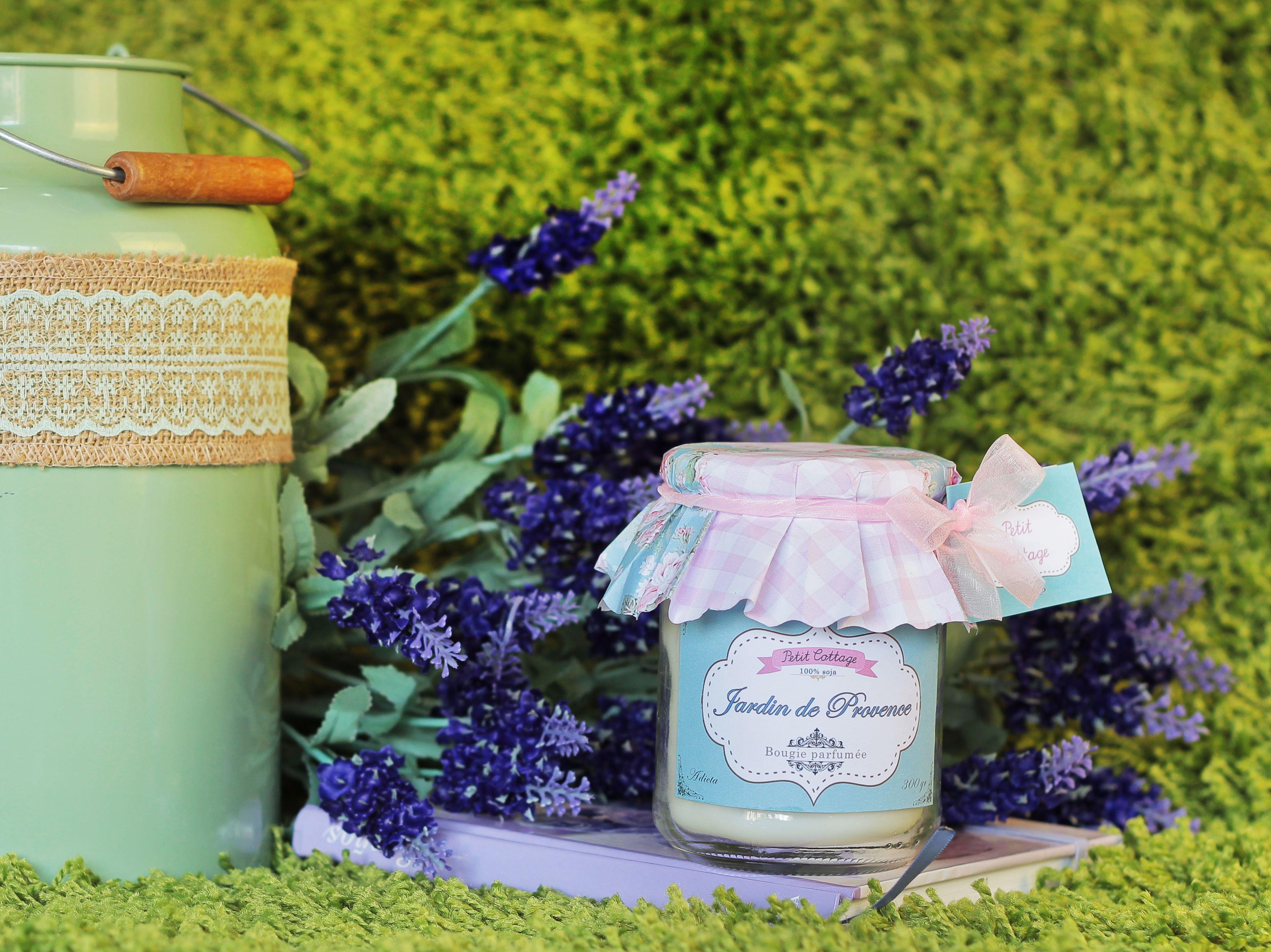 El verdadero aroma de la Provenza francesa. Vela aromática, con mecha de algodón o de madera. Tres tamaños disponibles.