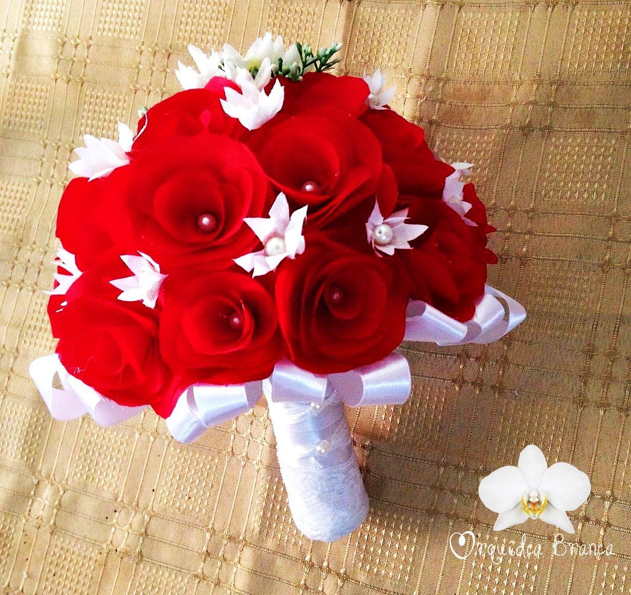 Buque Confeccionado Com Flores De Tecido Vermelho E Flores